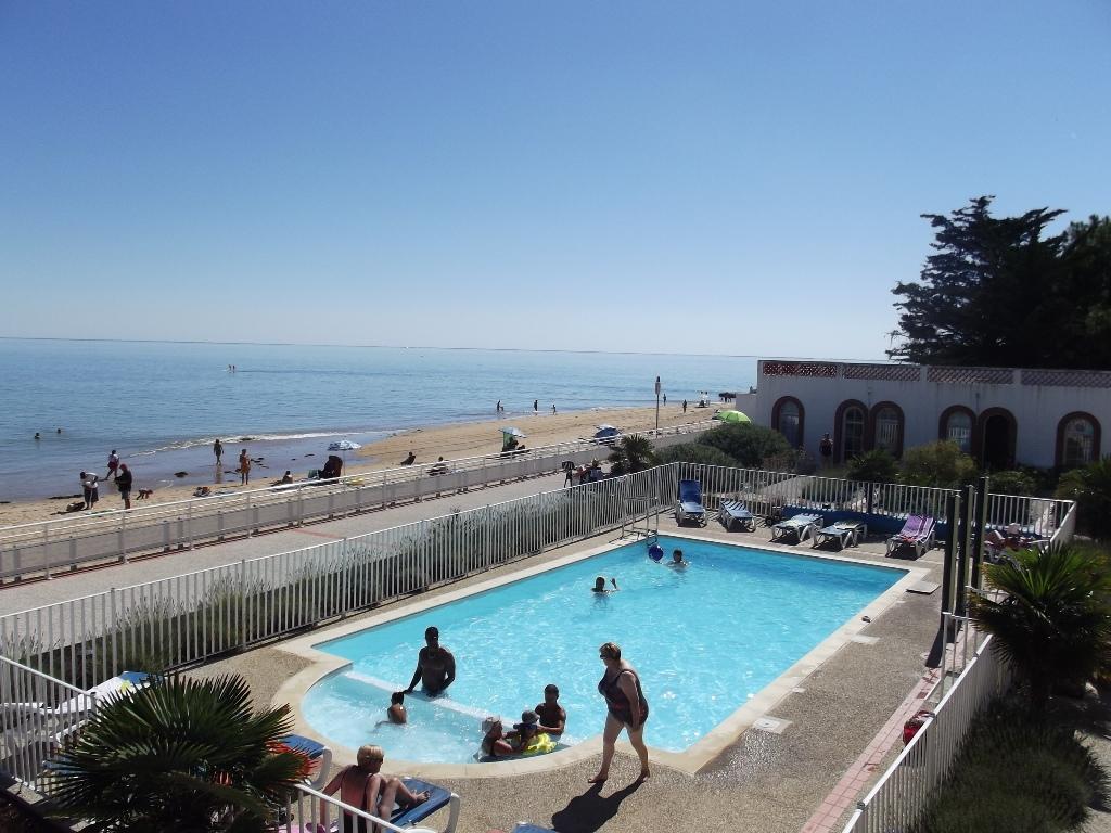 Location vacances la tranche sur mer appartement t2 dans for Piscine collective