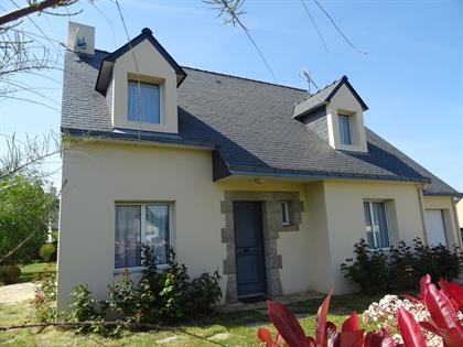 Maison de 128 m² très lumineuse et offrant de beaux espaces donnant sur une terrasse et un jardin clos de 739 m²
