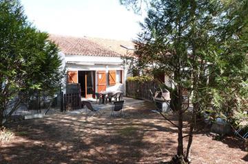 T2 mezzanine avec jardin dans petite résidence à 600 m de la plage