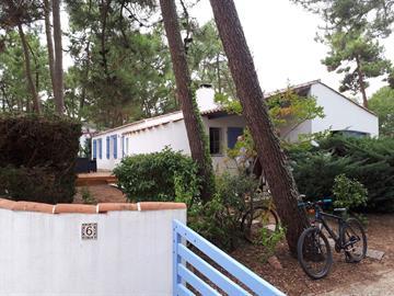 Agréable maison de famille située dans un quartier calme et boisé à la Grière