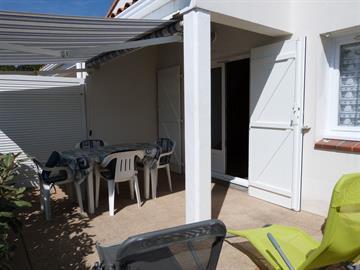 Maisonnette de vacances dans résidence avec piscine collective et accès direct à la plage à 80m